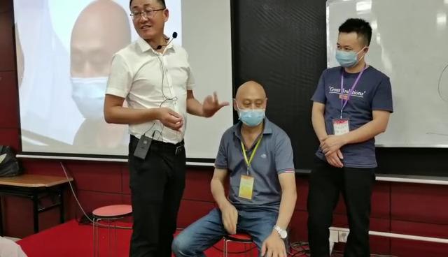 现场耳穴教学:边治病、边教学